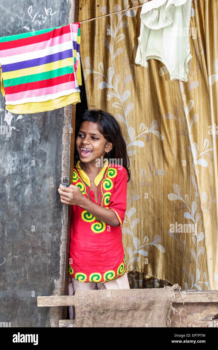Mumbai, India Asia Shahu Dharavi Nagar Road barriadas pobres de bajos ingresos la pobreza chica llamada ventana Imagen De Stock