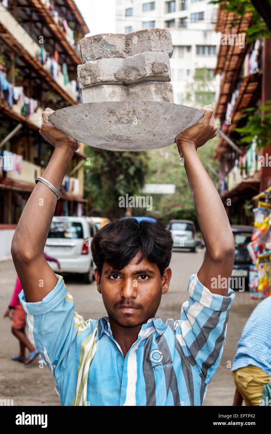Mumbai, India Asia Shahu Dharavi Nagar Road barriadas pobres de bajos ingresos la pobreza hombre trabajando transportando Imagen De Stock
