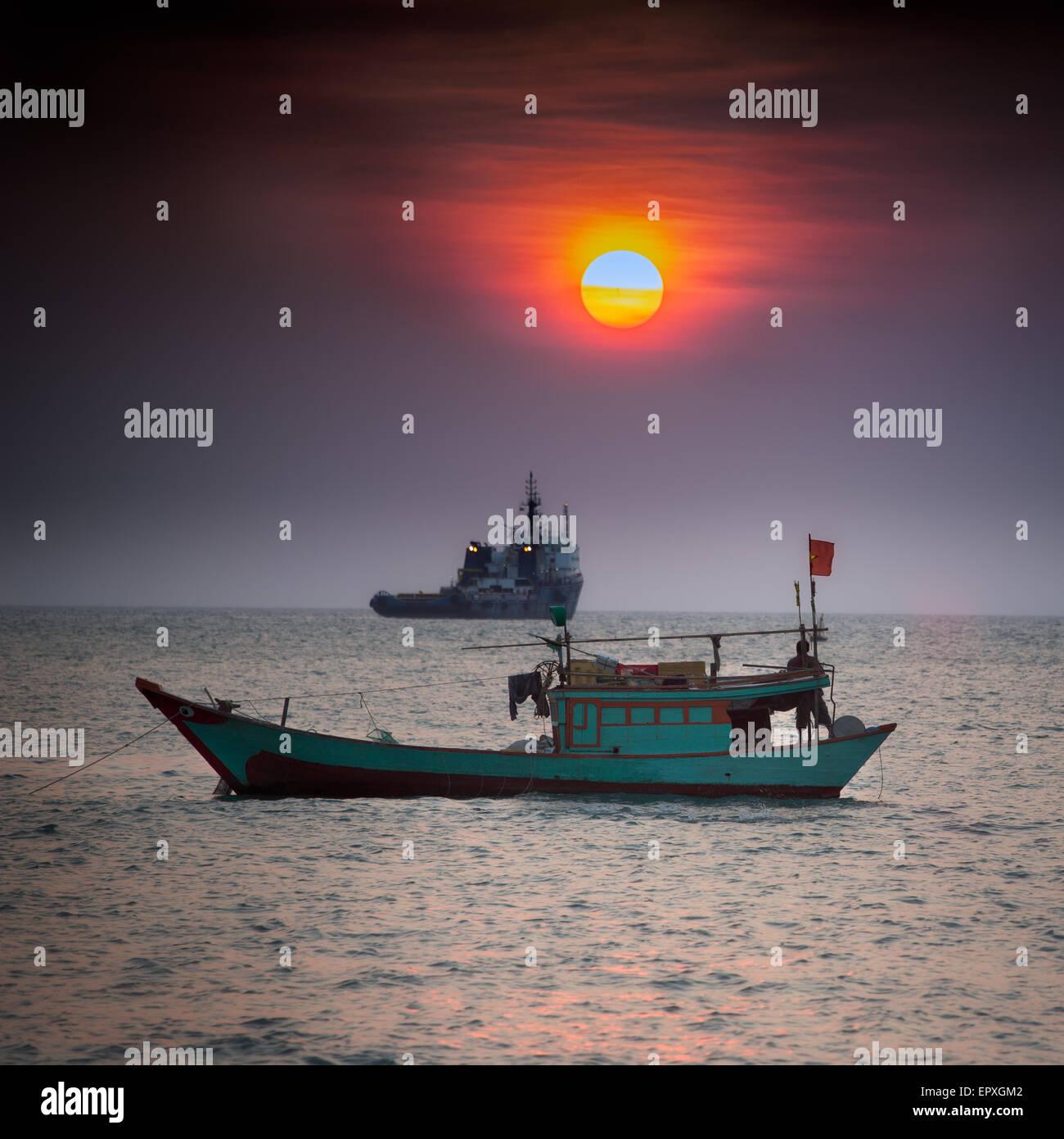 Pequeño barco pesquero en el Mar de China Meridional, en Vung Tau, Vietnam Foto de stock