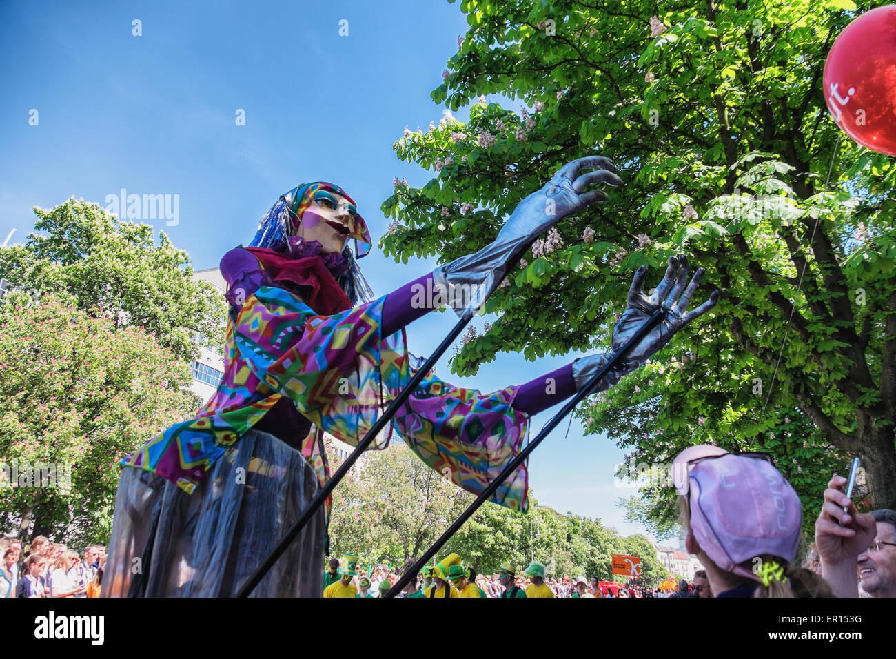 Kreuzberg, Berlín, Alemania, 24 de mayo de 2015. Jugadores con el tall Fancy Dress costume capturas globo Berlín Imagen De Stock
