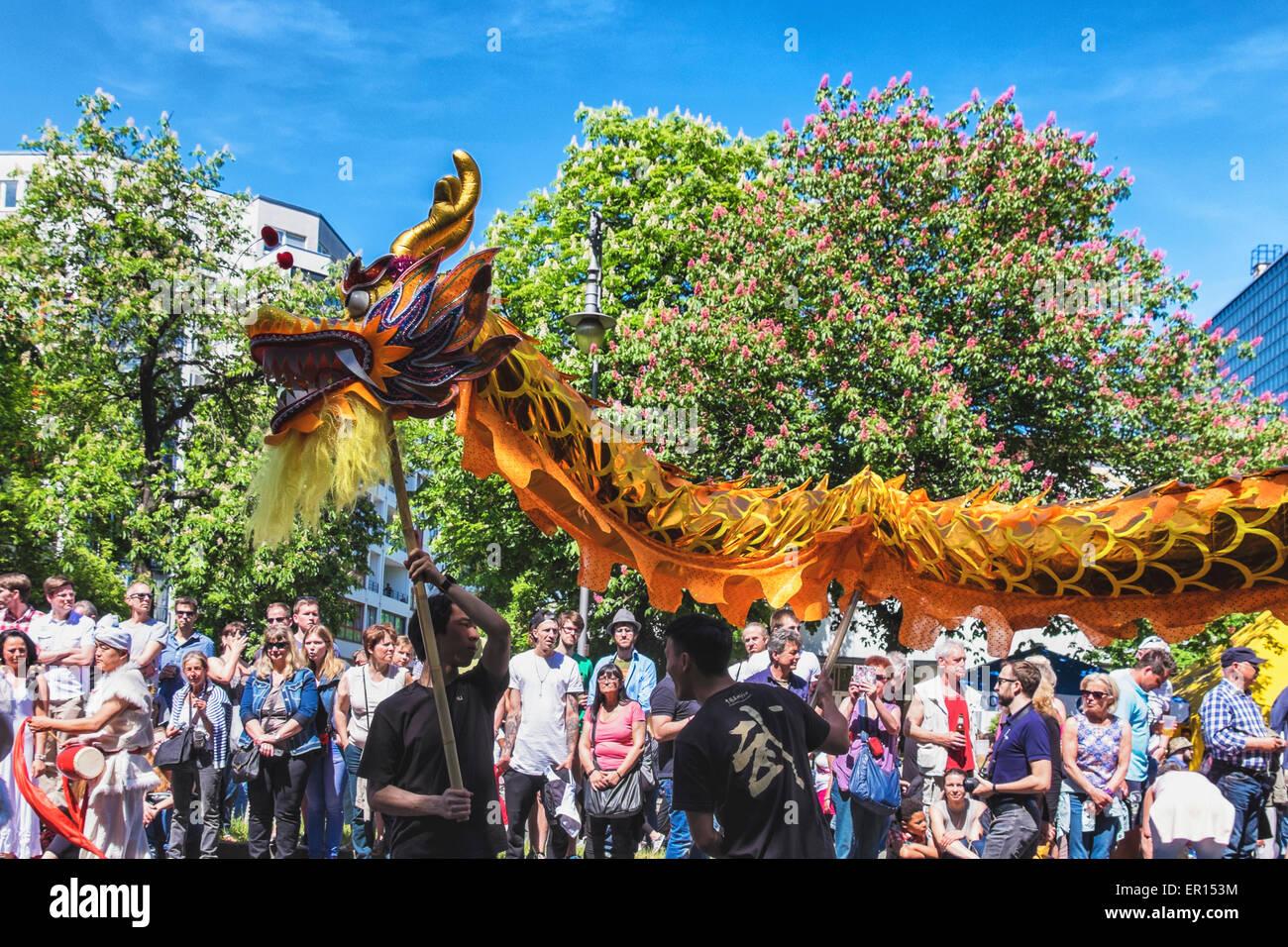 Kreuzberg, Berlín, Alemania, 24 de mayo de 2015. La multitud mira el dragón chino como Berlín celebra Imagen De Stock