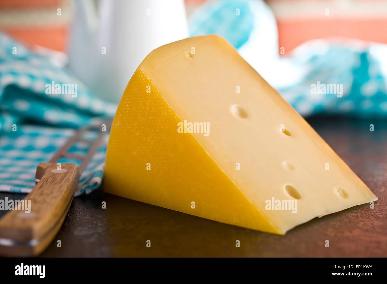 Bloque de queso edam en la mesa de la cocina Imagen De Stock