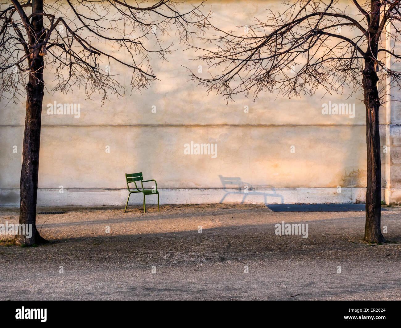 Una solitaria silla junto al Musée de l'Orangerie, La Terrasse du bord de l'Eau, Jardines de las Tullerías, París Foto de stock