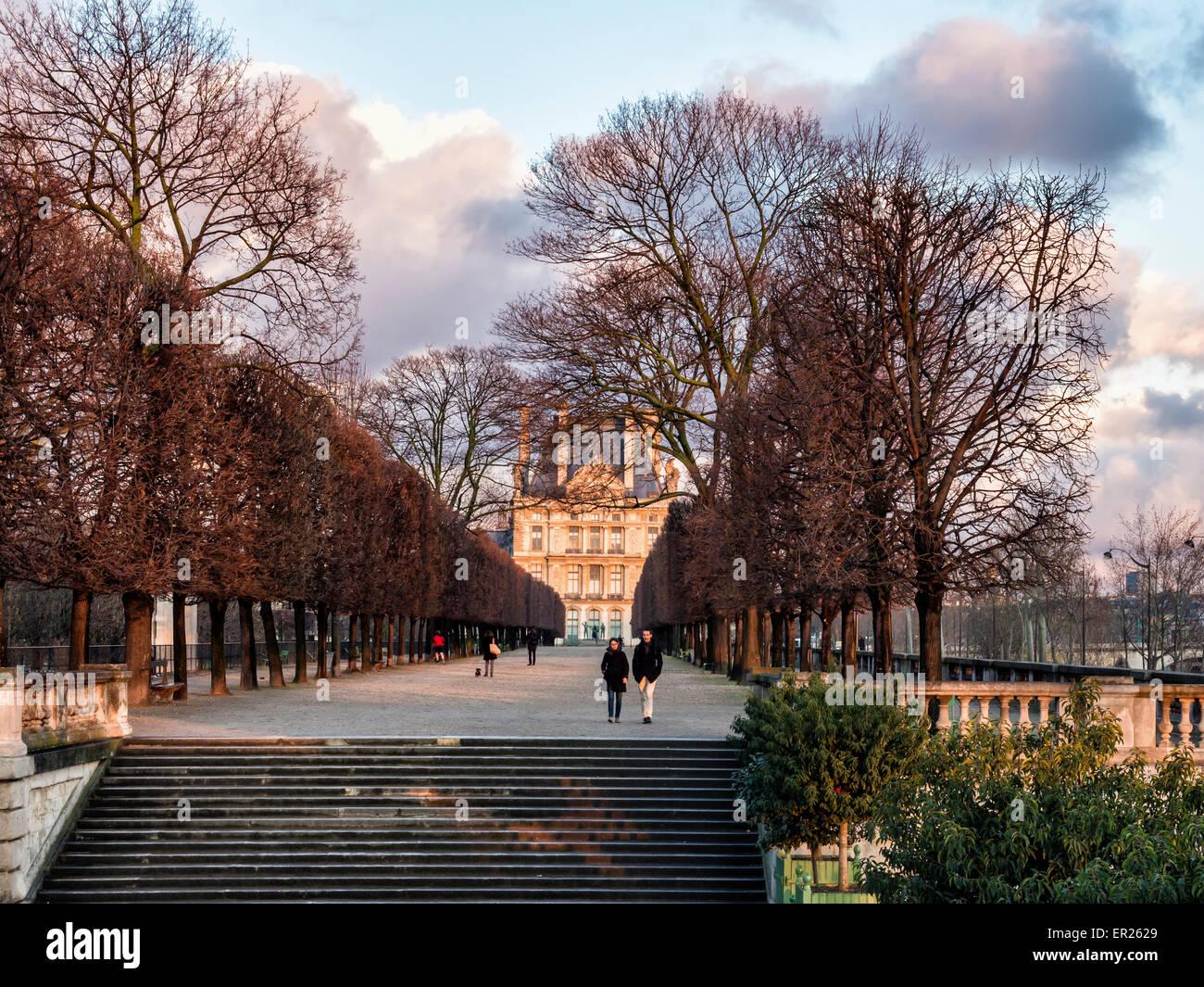 Terrasse du bord de l'Eau, gente caminando a lo largo de la terraza arbolada que conduce a los Jardines Tuileries, El Louvre, París Foto de stock