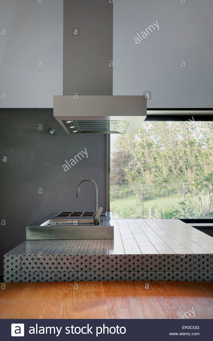 Mesa y sillas cocina con isla unidad y extractor en casa italiana ...