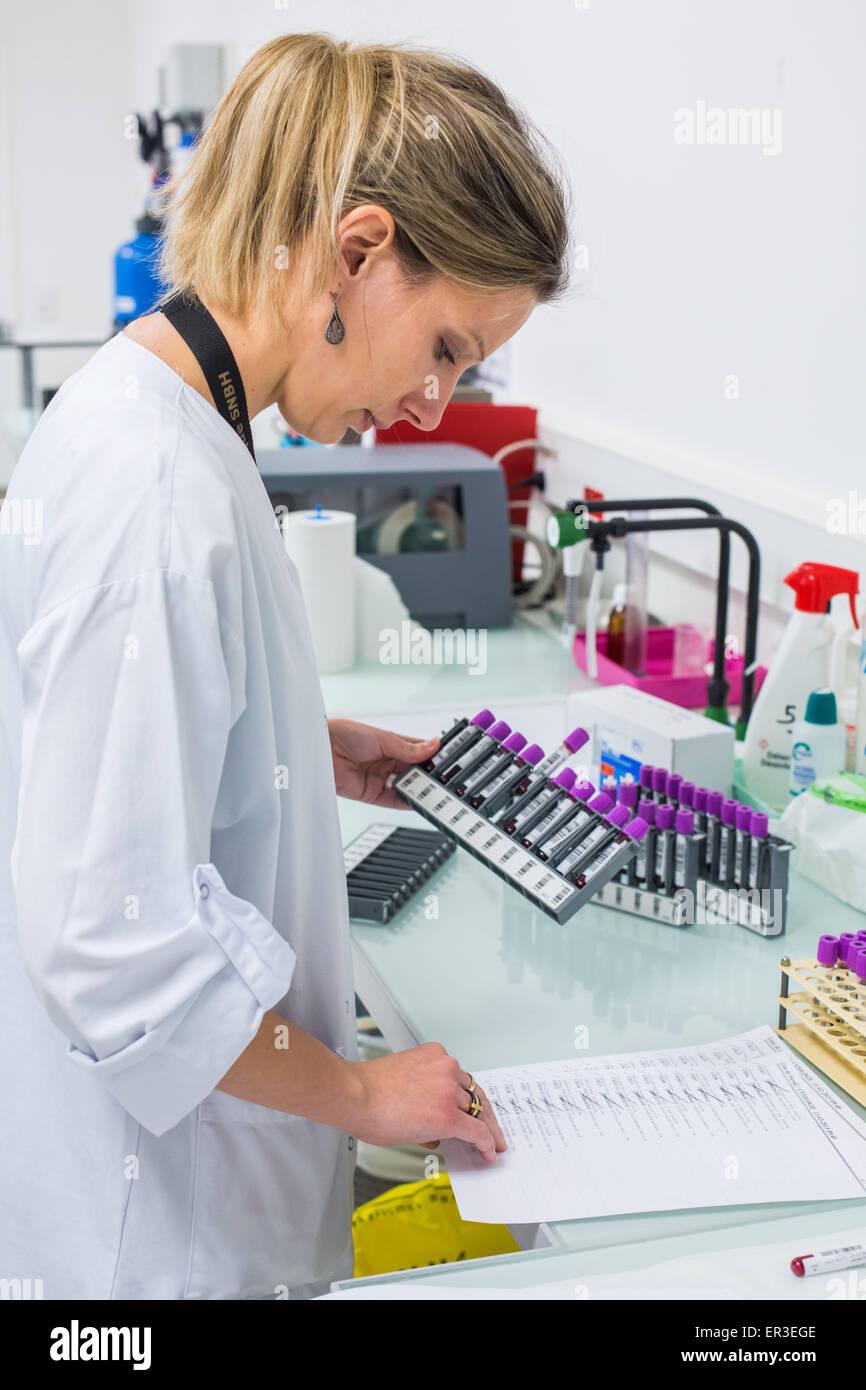Análisis de sangre, la biología y el Centro de Investigación en Salud, el Hospital de la Universidad Imagen De Stock