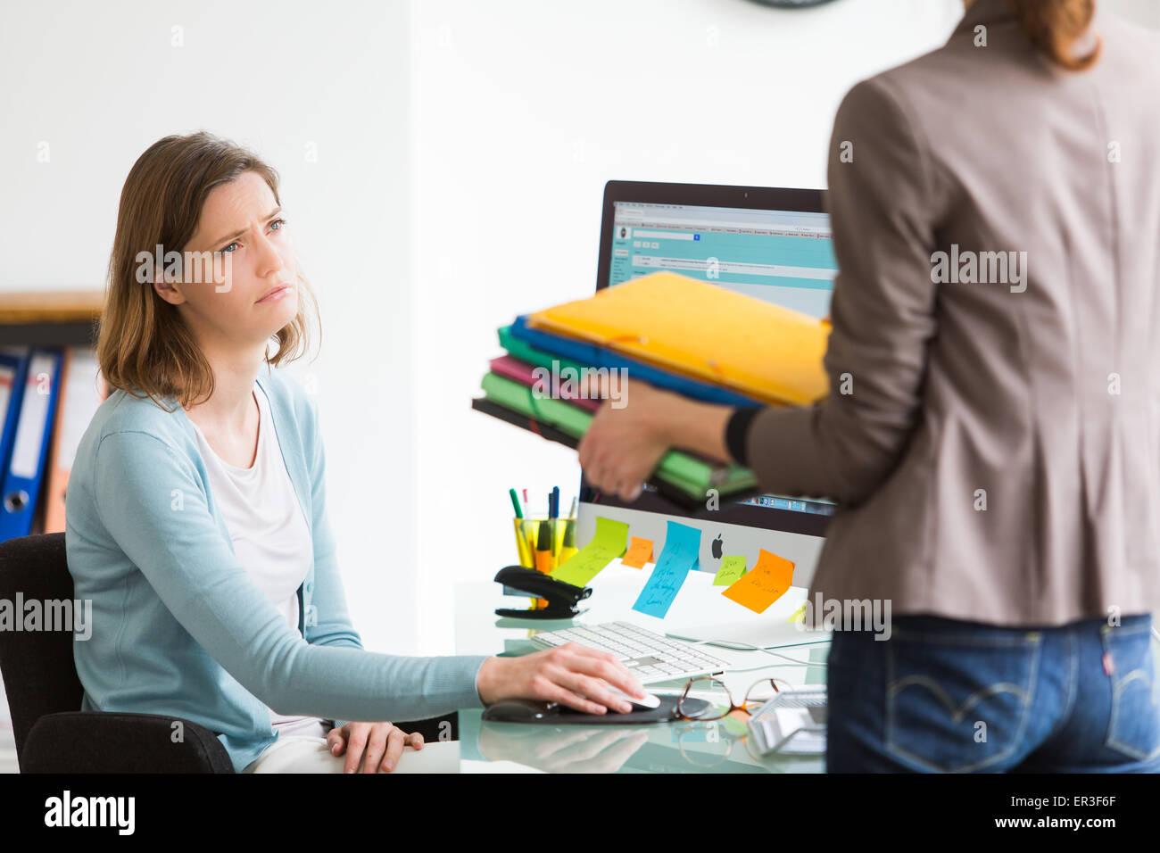 La gente de negocios en el lugar de trabajo. Imagen De Stock