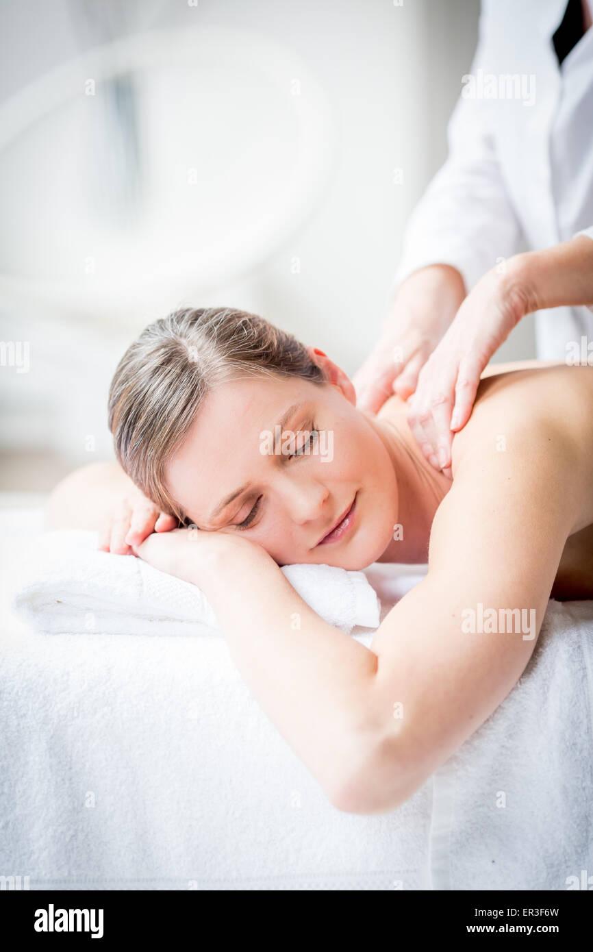 Mujer recibiendo un masaje en la espalda. Imagen De Stock