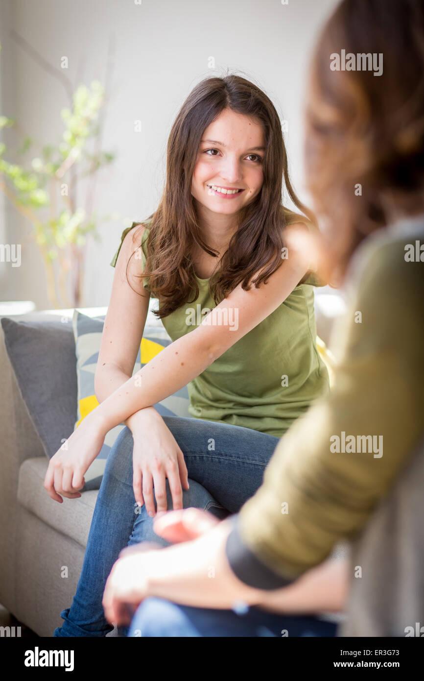 Mujer discutiendo con un adolescente. Imagen De Stock