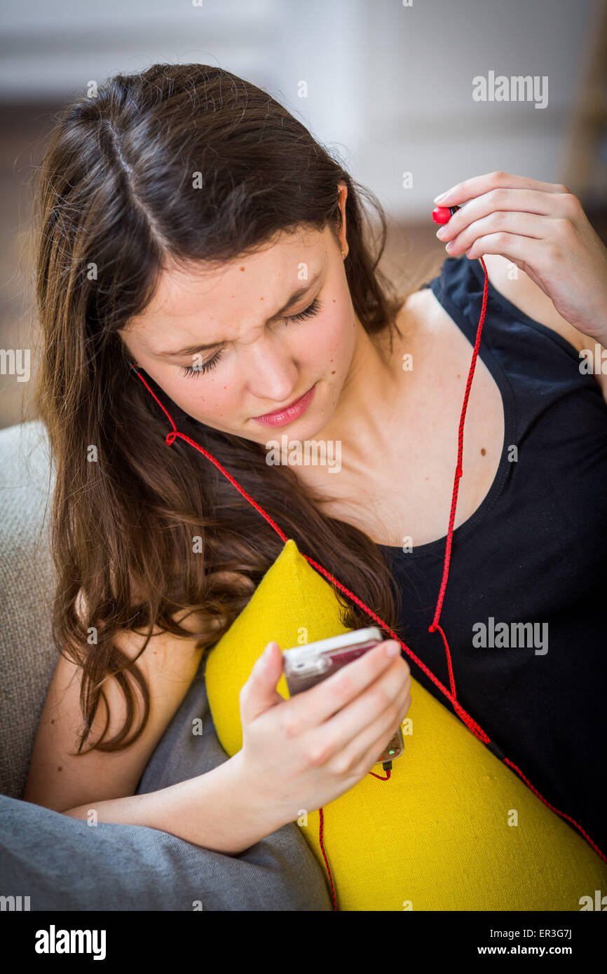 Adolescente escuchando música. Imagen De Stock