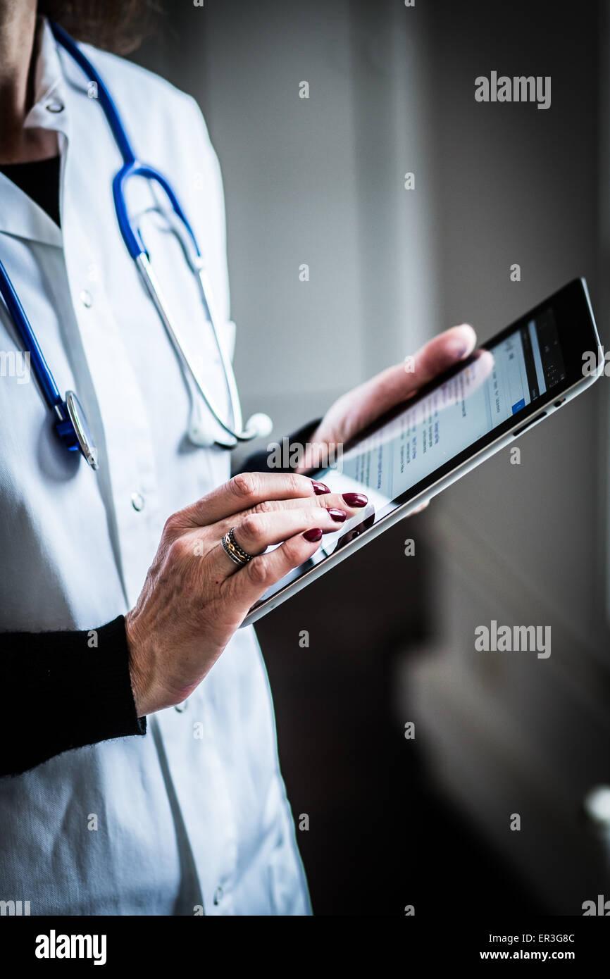 El doctor utiliza un tablet PC. Imagen De Stock