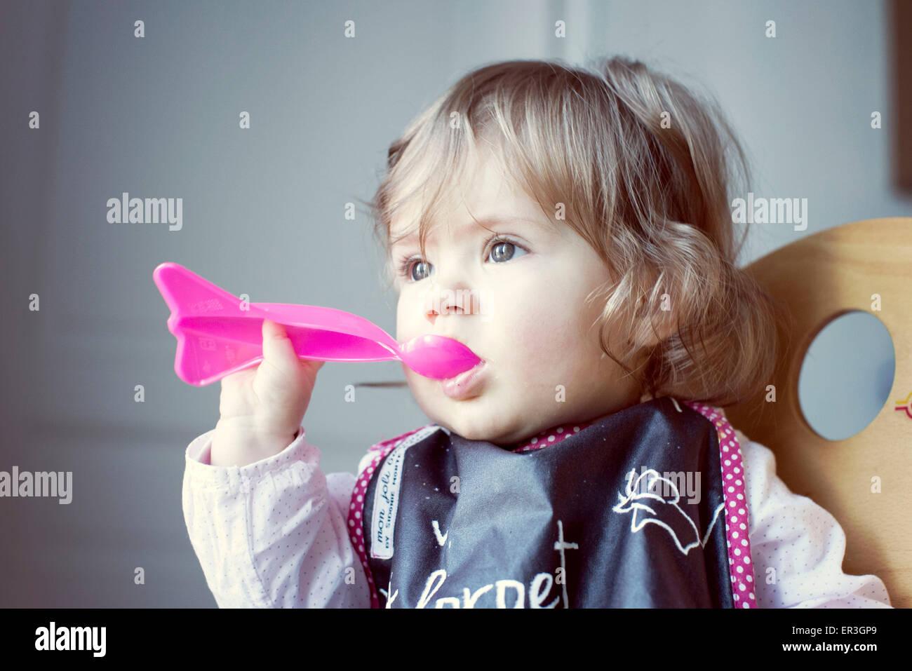 Baby Girl alimentar a sí misma Foto de stock