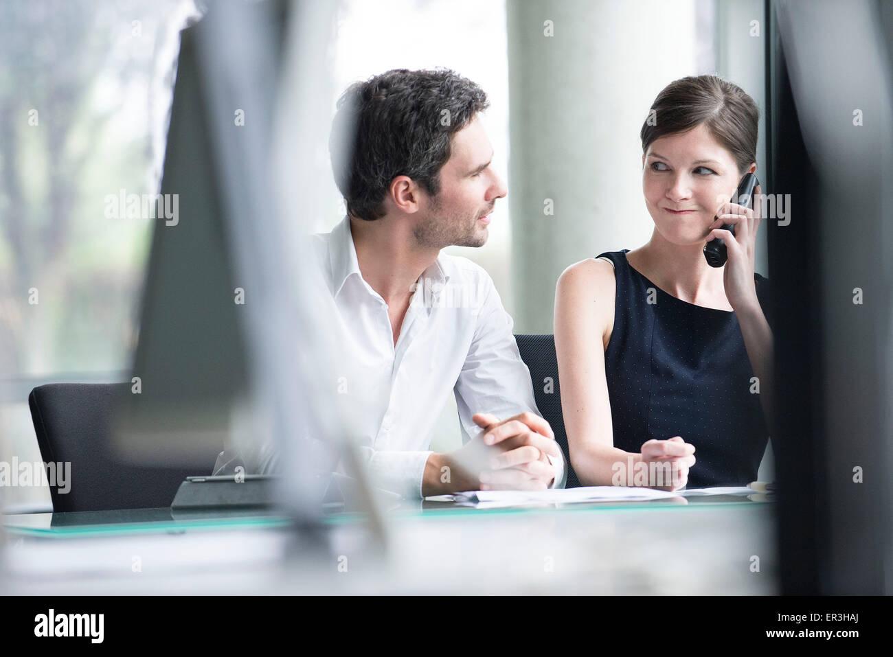 Empresario escuchando associates llamada telefónica Imagen De Stock