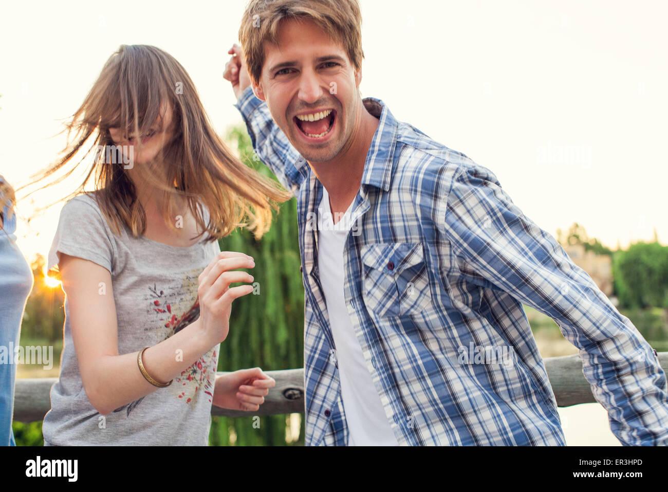 Amigos de la Universidad de fiesta al aire libre Imagen De Stock