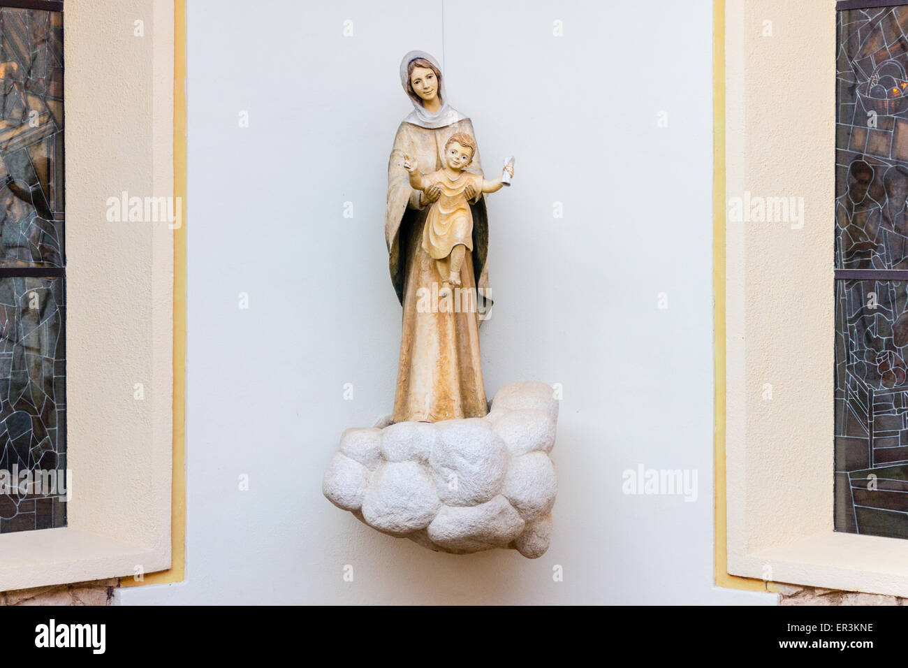 fa6d970a063 Estatua de la santísima Virgen María celebración Niño Jesús en una casa en  Medjugorje Imagen De