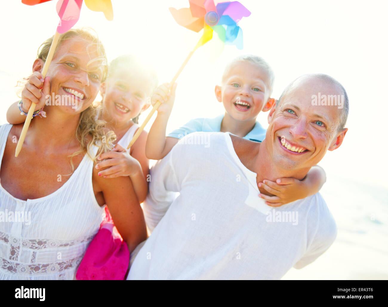 Joven familia disfrutando de sus vacaciones de verano. Imagen De Stock