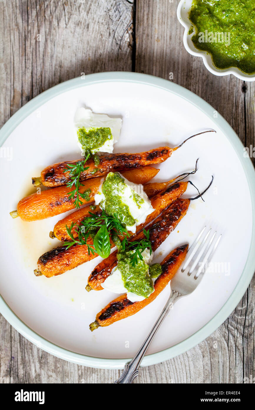 Zanahorias asadas con mozzarella y pesto Imagen De Stock