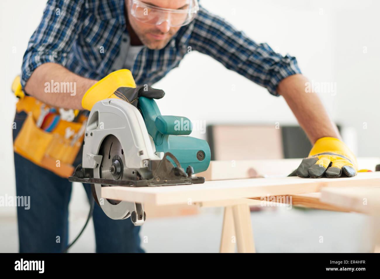 Carpintero trabajando con sierra circular. Pilzno, Polonia Foto de stock