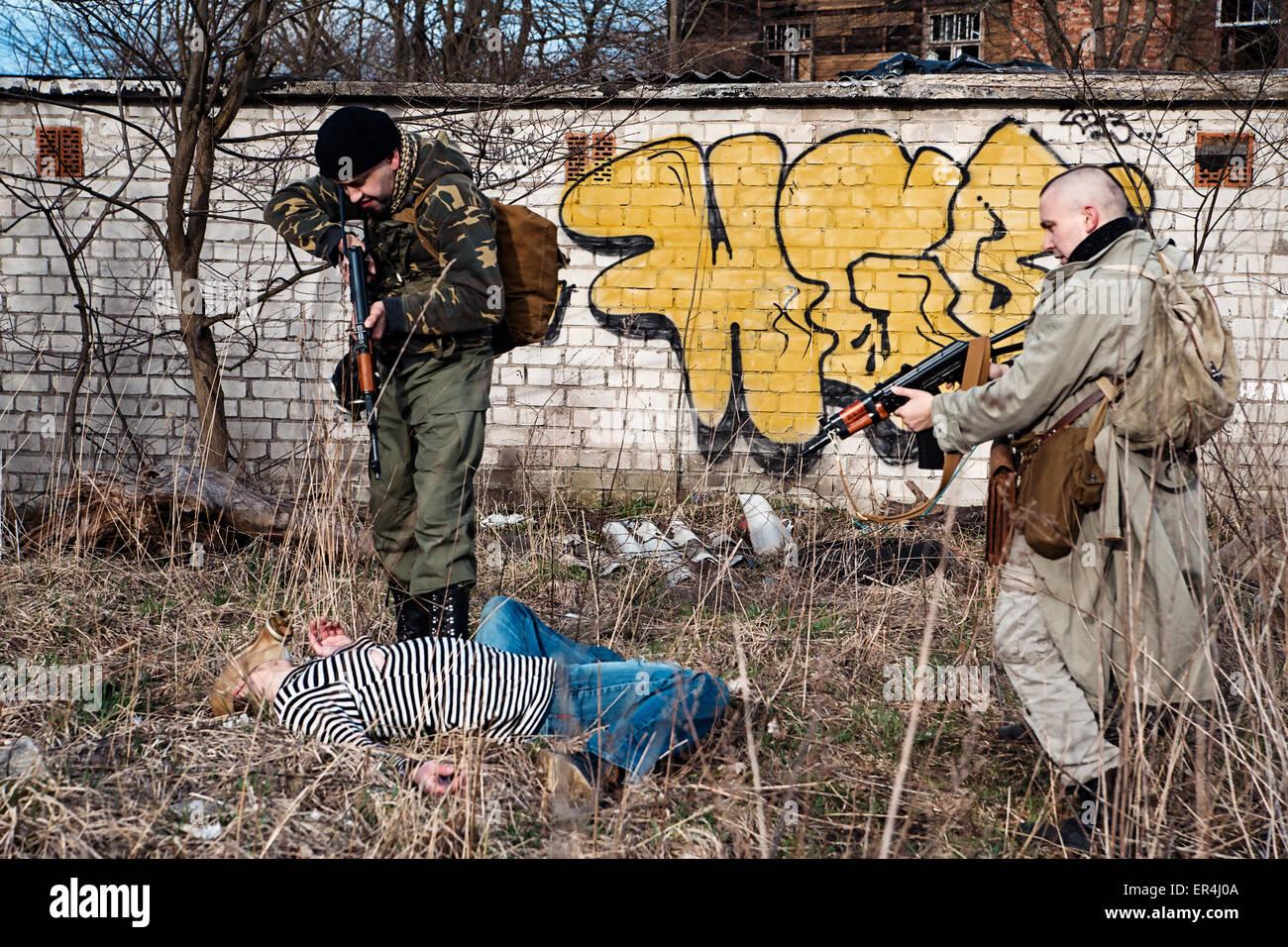 Dos compañeros disparó al extraño hombre demente Imagen De Stock