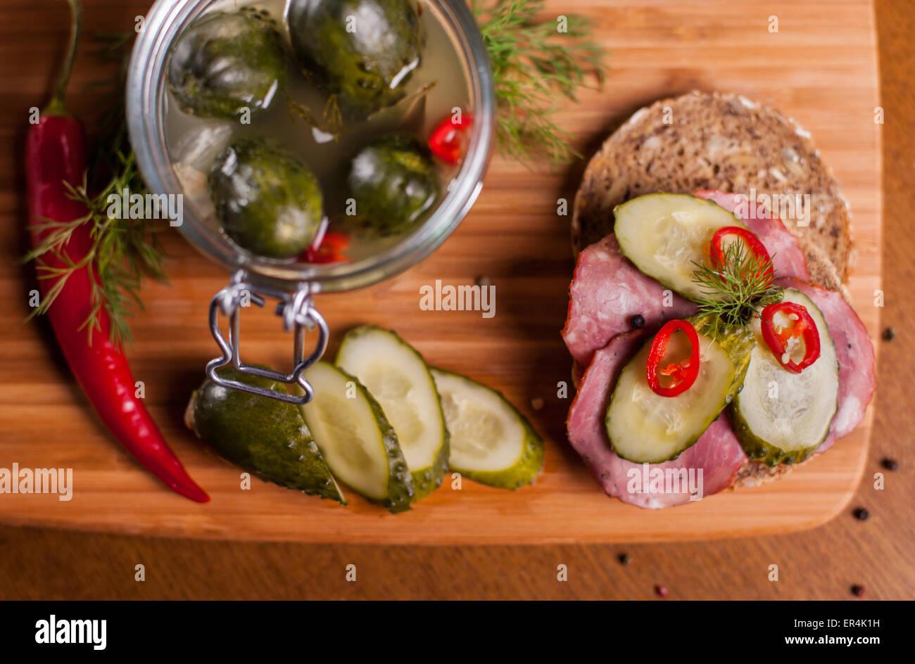 Sándwich con productos caseros en la placa de corte. Debica, Polonia Foto de stock