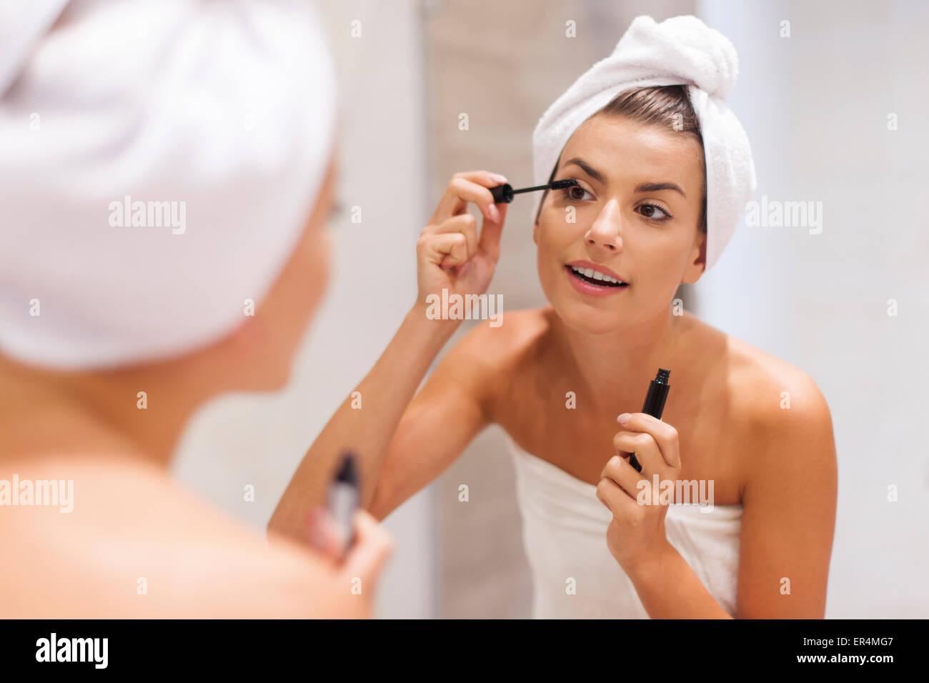 Hermosa mujer con mascara en el baño. Debica, Polonia Imagen De Stock
