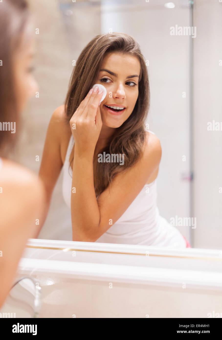 Mujer quitando el maquillaje de su rostro. Debica, Polonia Imagen De Stock