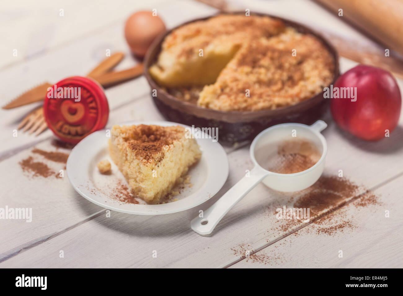 Tarta de manzana con canela sobre tablones de madera. Debica, Polonia Imagen De Stock
