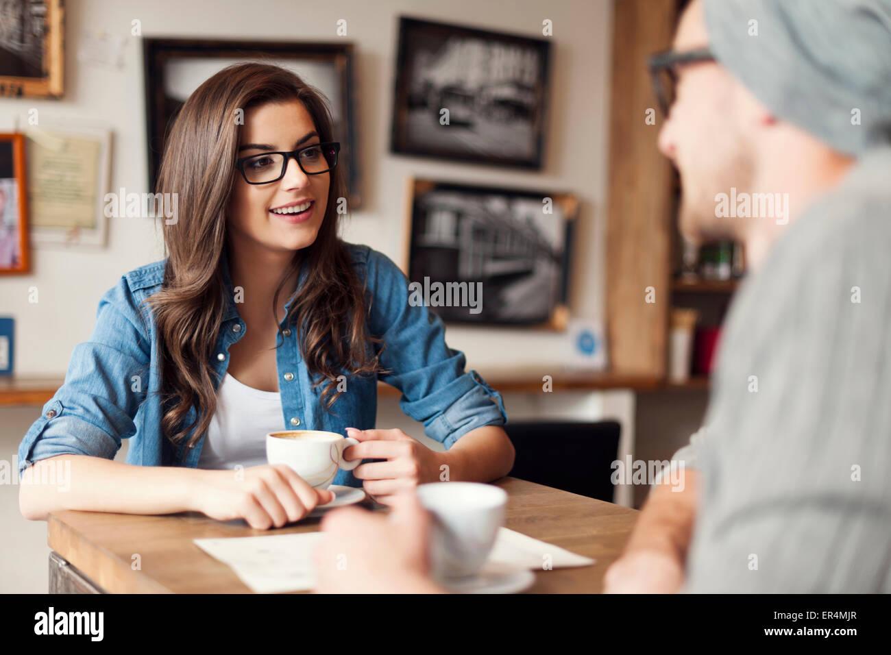 Elegante pareja hablando en el café. Cracovia, Polonia Imagen De Stock