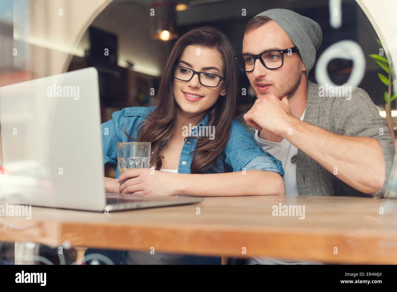 Par disfrutar de la conexión inalámbrica a internet en la cafetería. Cracovia, Polonia Imagen De Stock