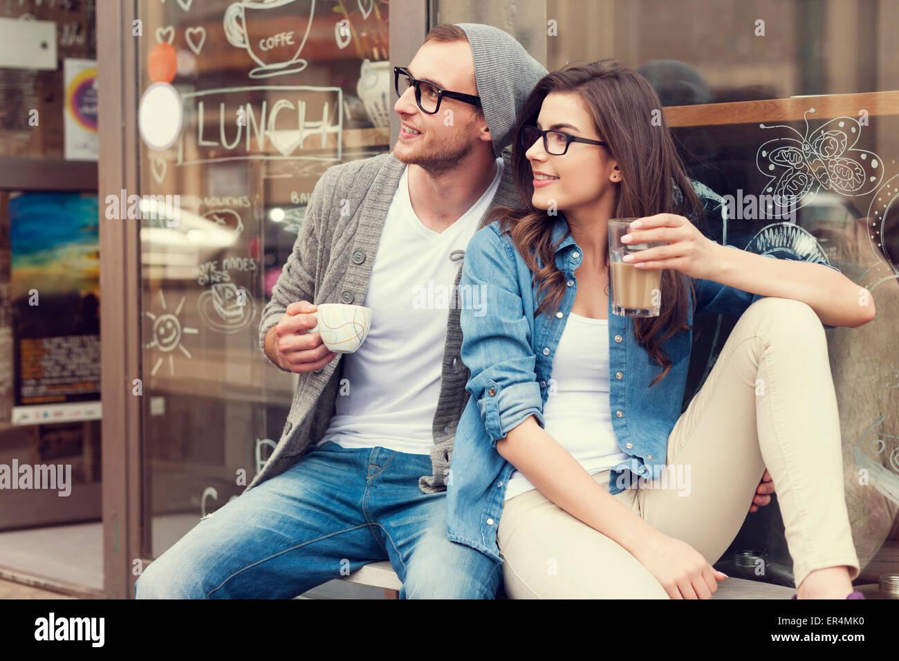 Retrato de pareja elegante en el exterior del café. Cracovia, Polonia Imagen De Stock