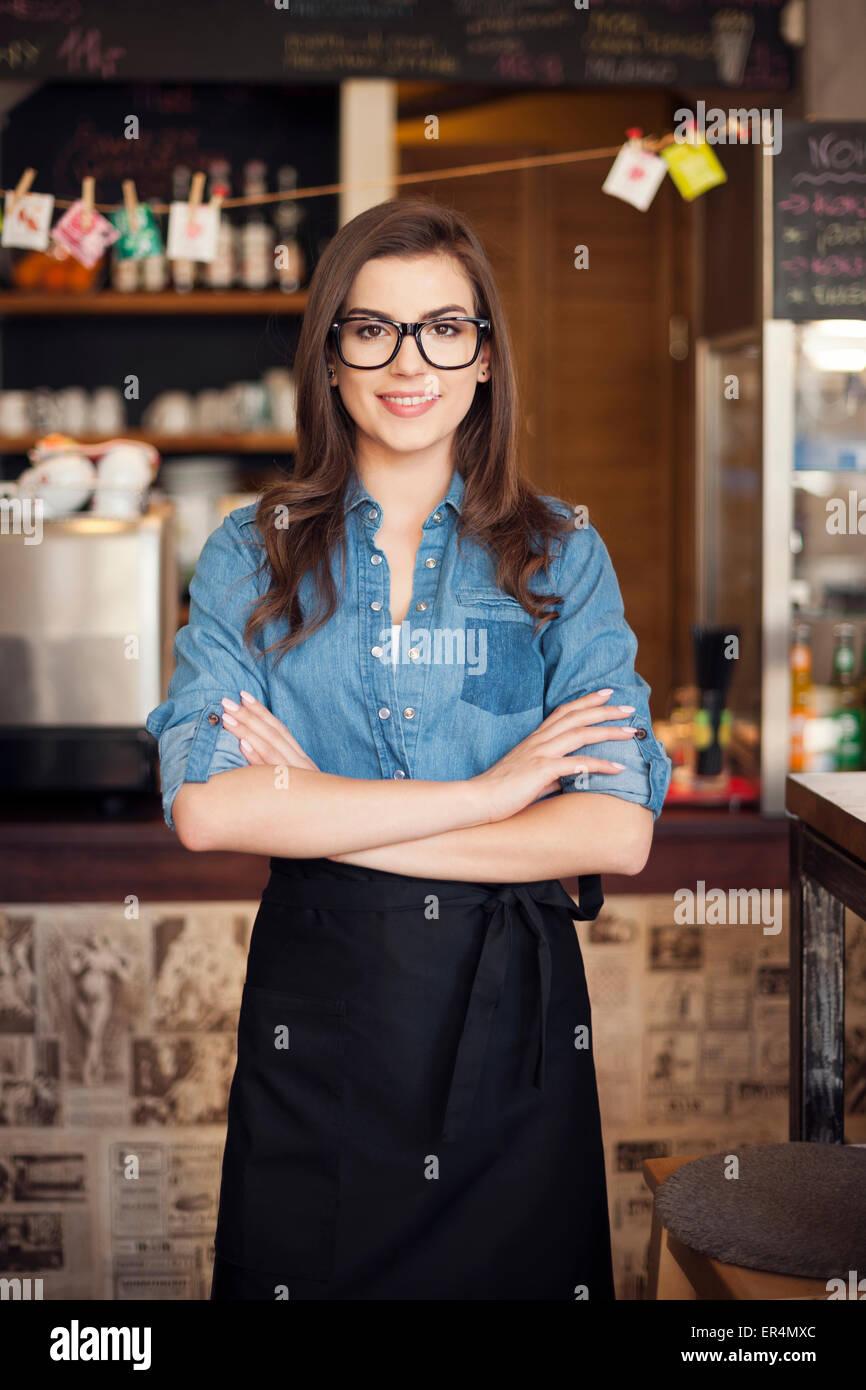 Retrato de nerdy camarera en el trabajo. Cracovia, Polonia Imagen De Stock