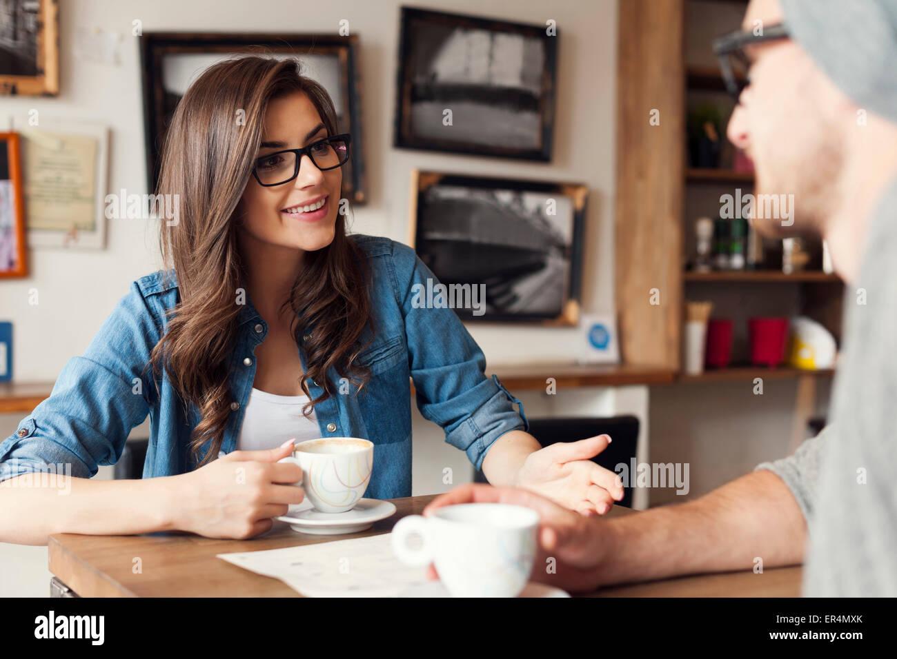 Pareja Hipster hablando a la cafetería. Cracovia, Polonia Foto de stock