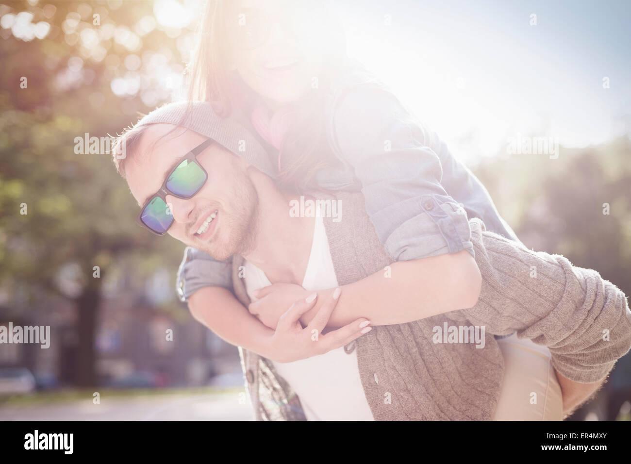 Retrato de la feliz pareja encantadora. Cracovia, Polonia Imagen De Stock