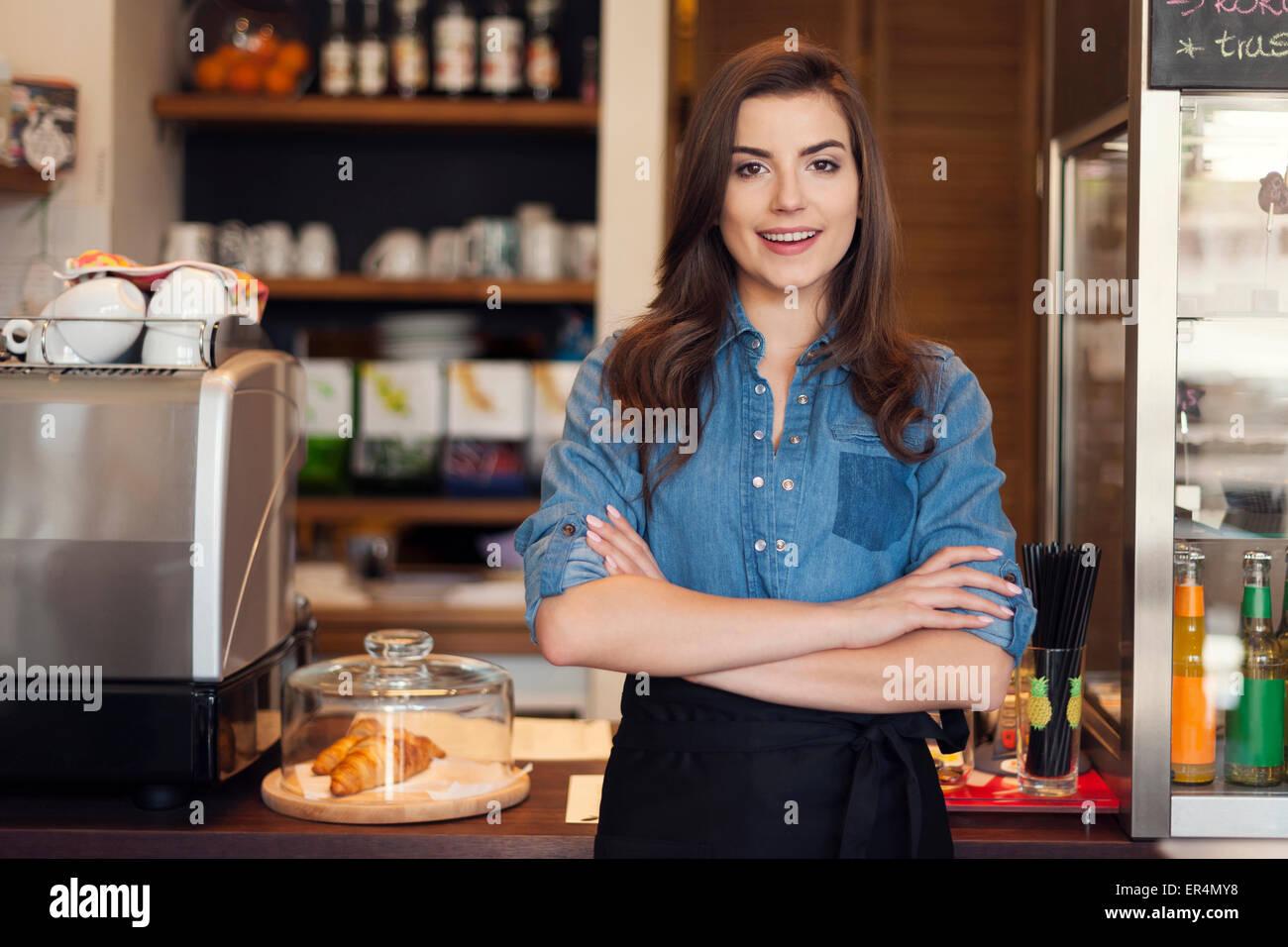 Retrato de amable camarera en el trabajo. Cracovia, Polonia Imagen De Stock