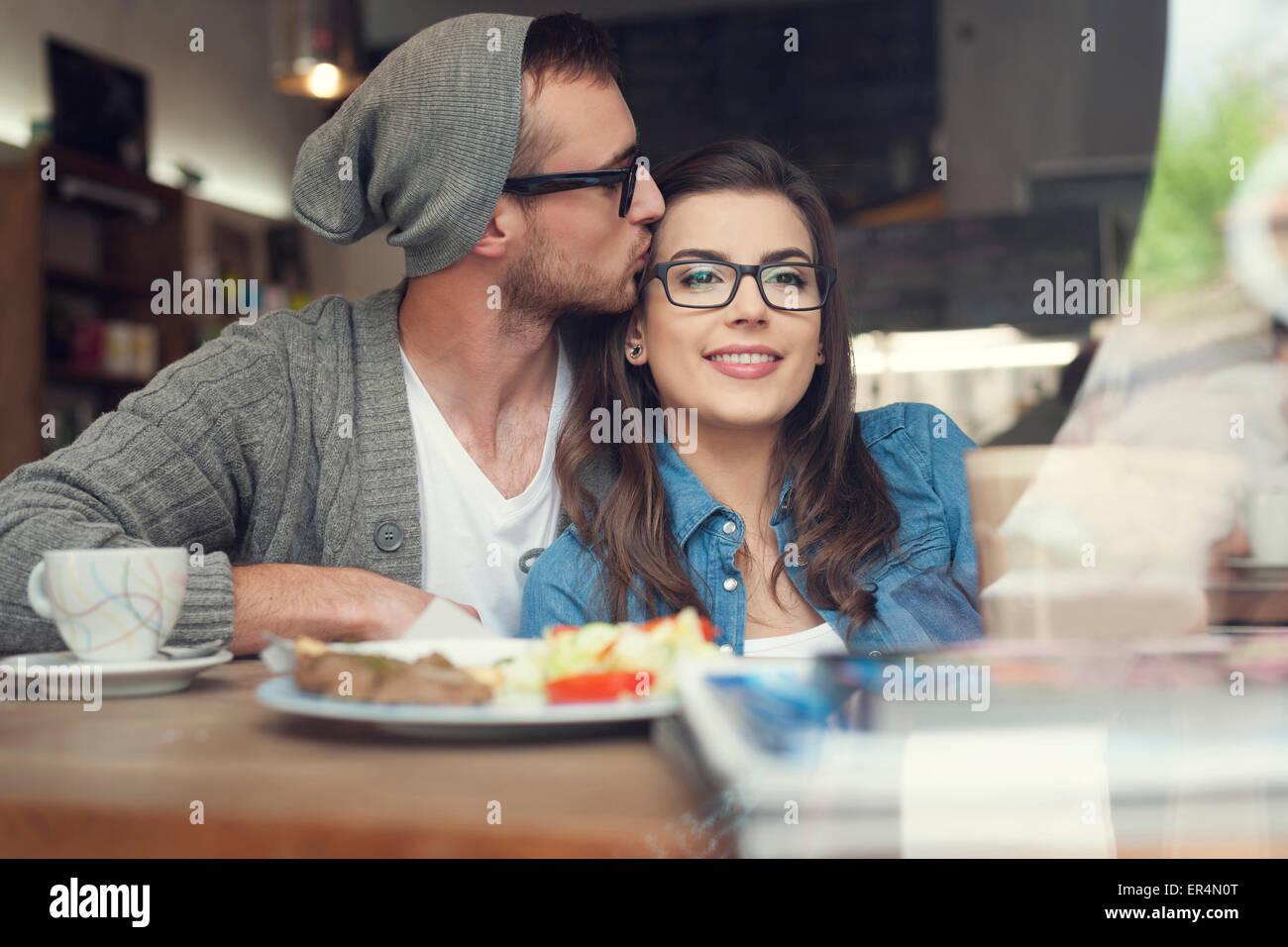 Tiempo romántico de la pareja en el café. Cracovia, Polonia Imagen De Stock