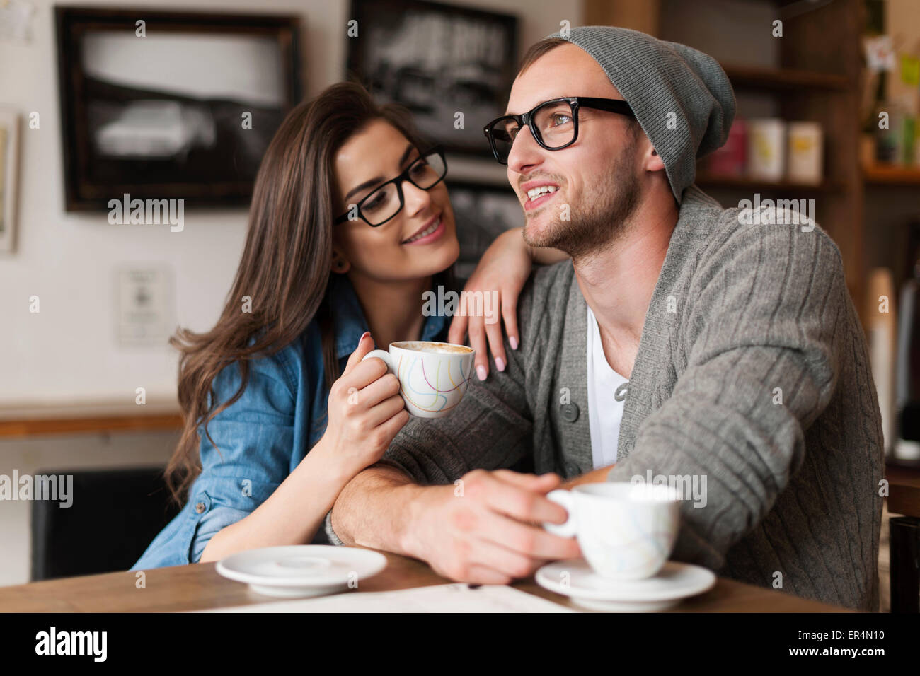 Feliz el hombre y la mujer en el café. Cracovia, Polonia Imagen De Stock