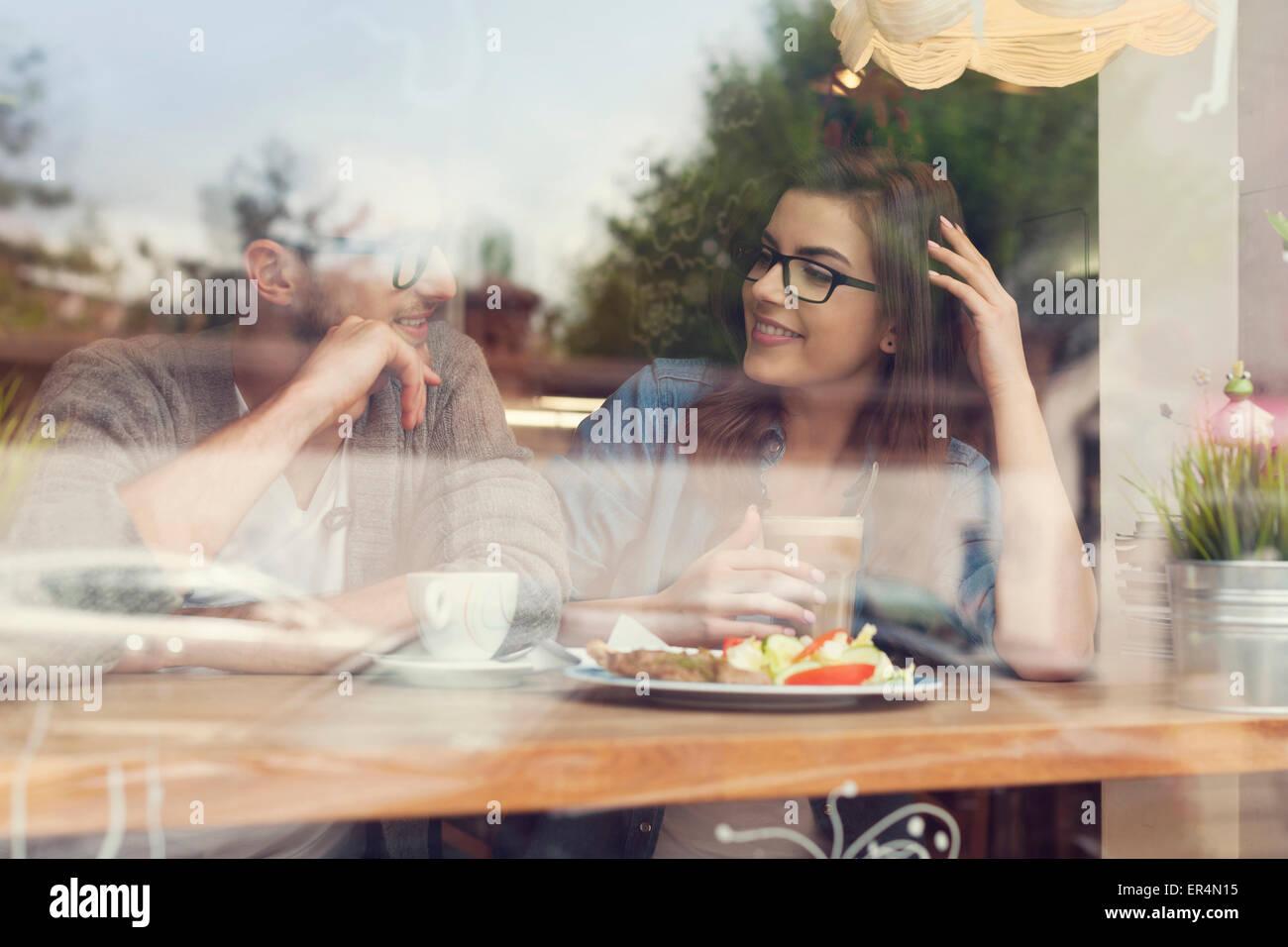 Pareja joven en una fecha en el restaurante. Cracovia, Polonia Imagen De Stock