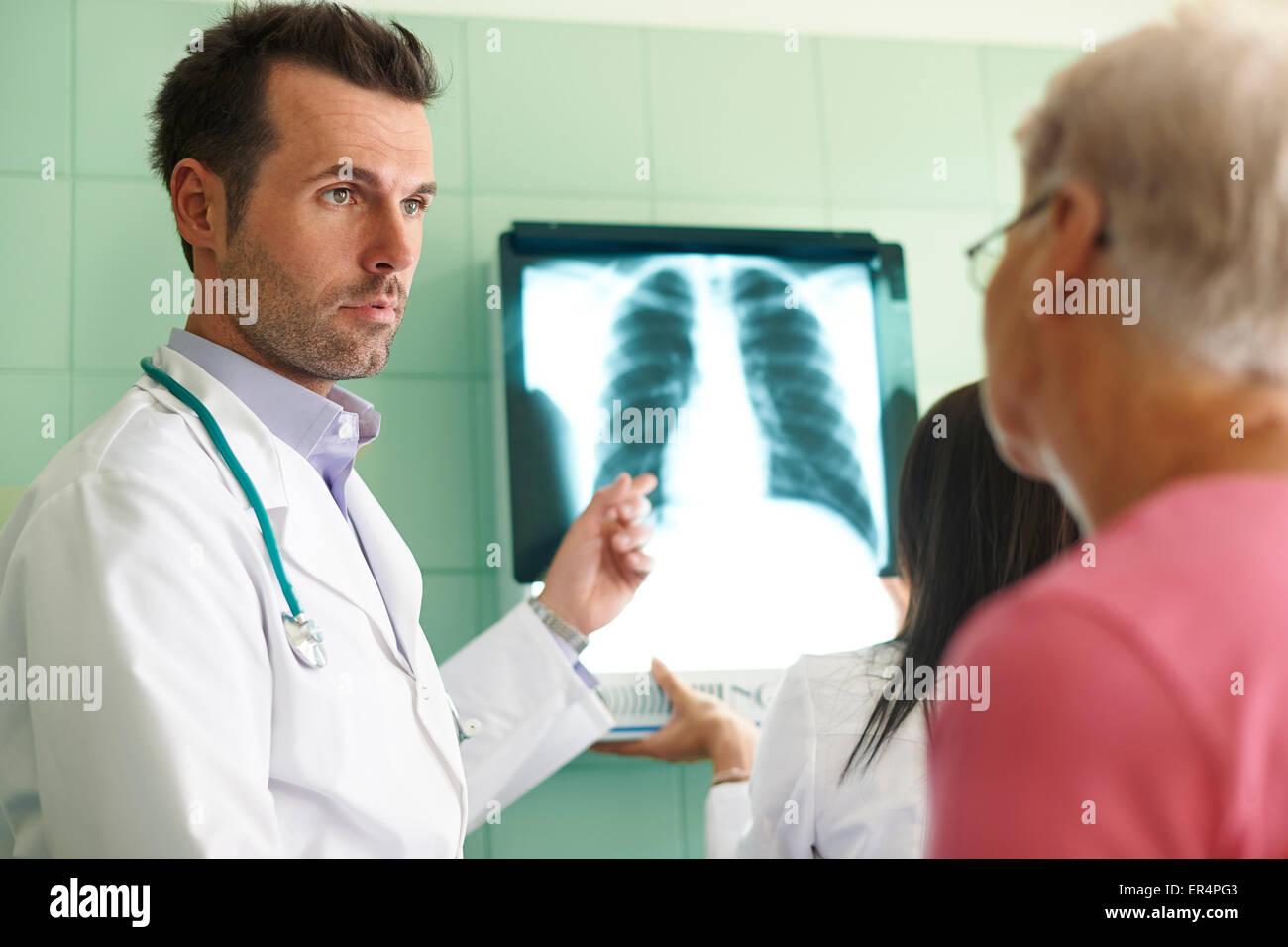 Análisis de imagen de rayos x en el hospital. Debica, Polonia Foto de stock