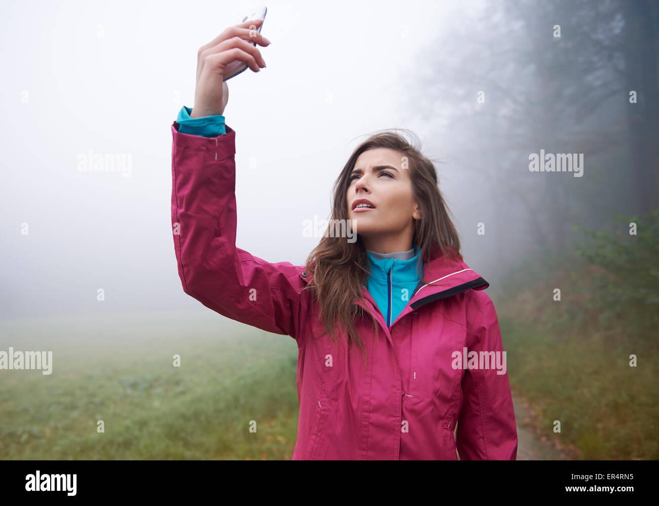 Buscando una conexión para mi teléfono móvil en el bosque. Debica, Polonia Imagen De Stock