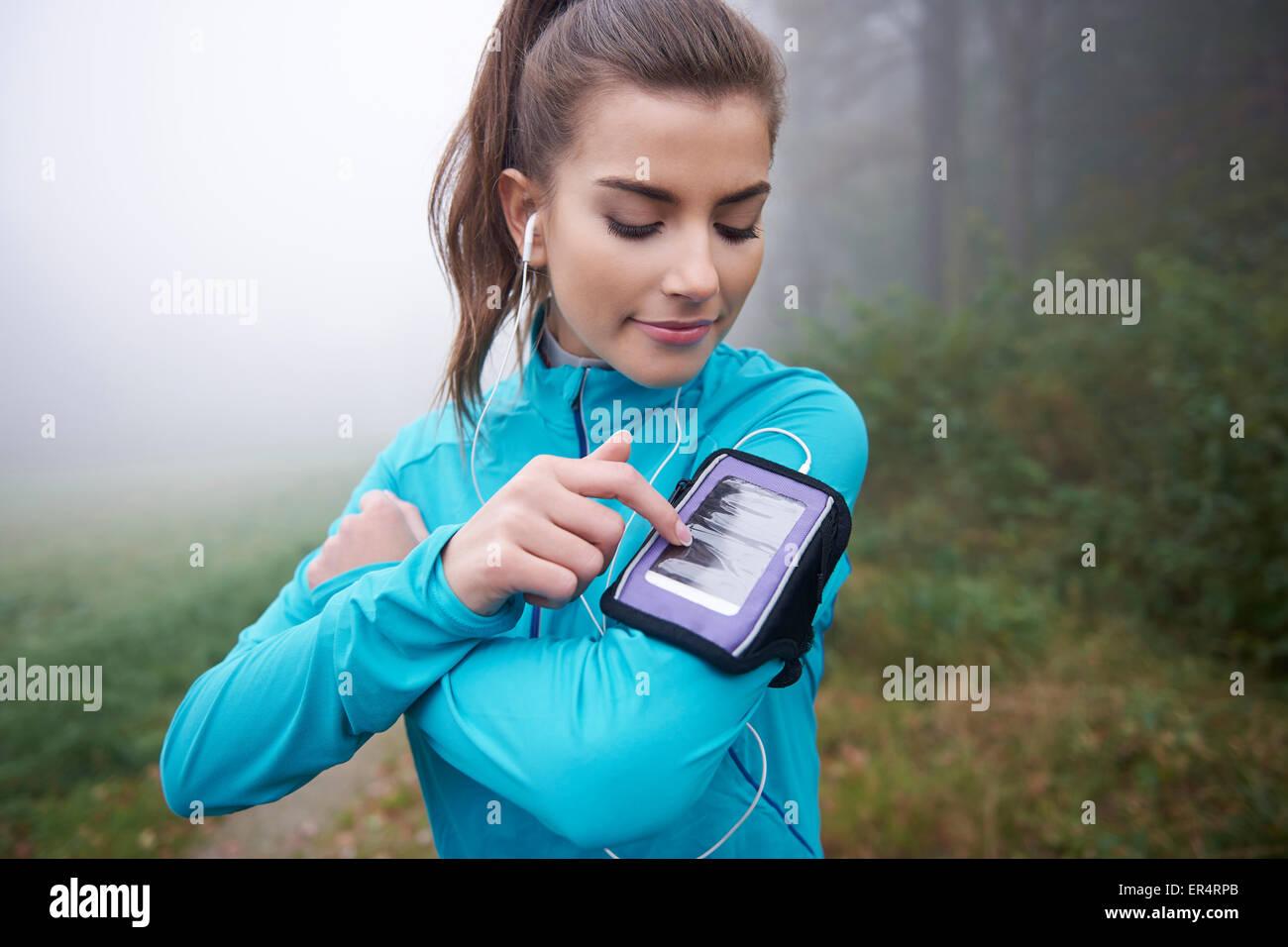 Aplicación contemporánea para la deslizadera en el teléfono móvil. Debica, Polonia Imagen De Stock