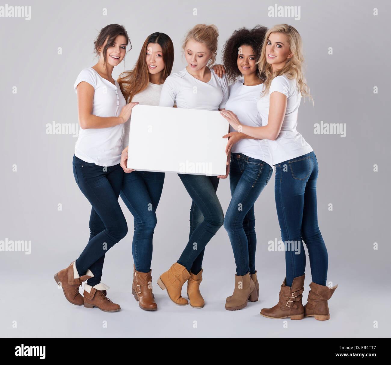 Las niñas con banner vacía en blanco. Debica, Polonia Imagen De Stock