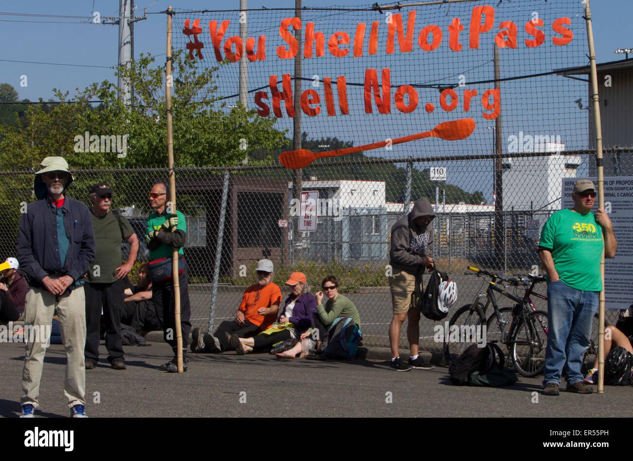 Protesta contra Royal Dutch Shell, equipos de perforación de petróleo flotante Polar Pioneer, Seattle, Washington, EE.UU., mayo 18, 2015 Foto de stock