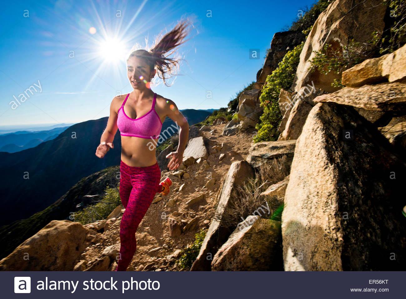 Una niña corre en el Pacific Crest Trail en California. Imagen De Stock