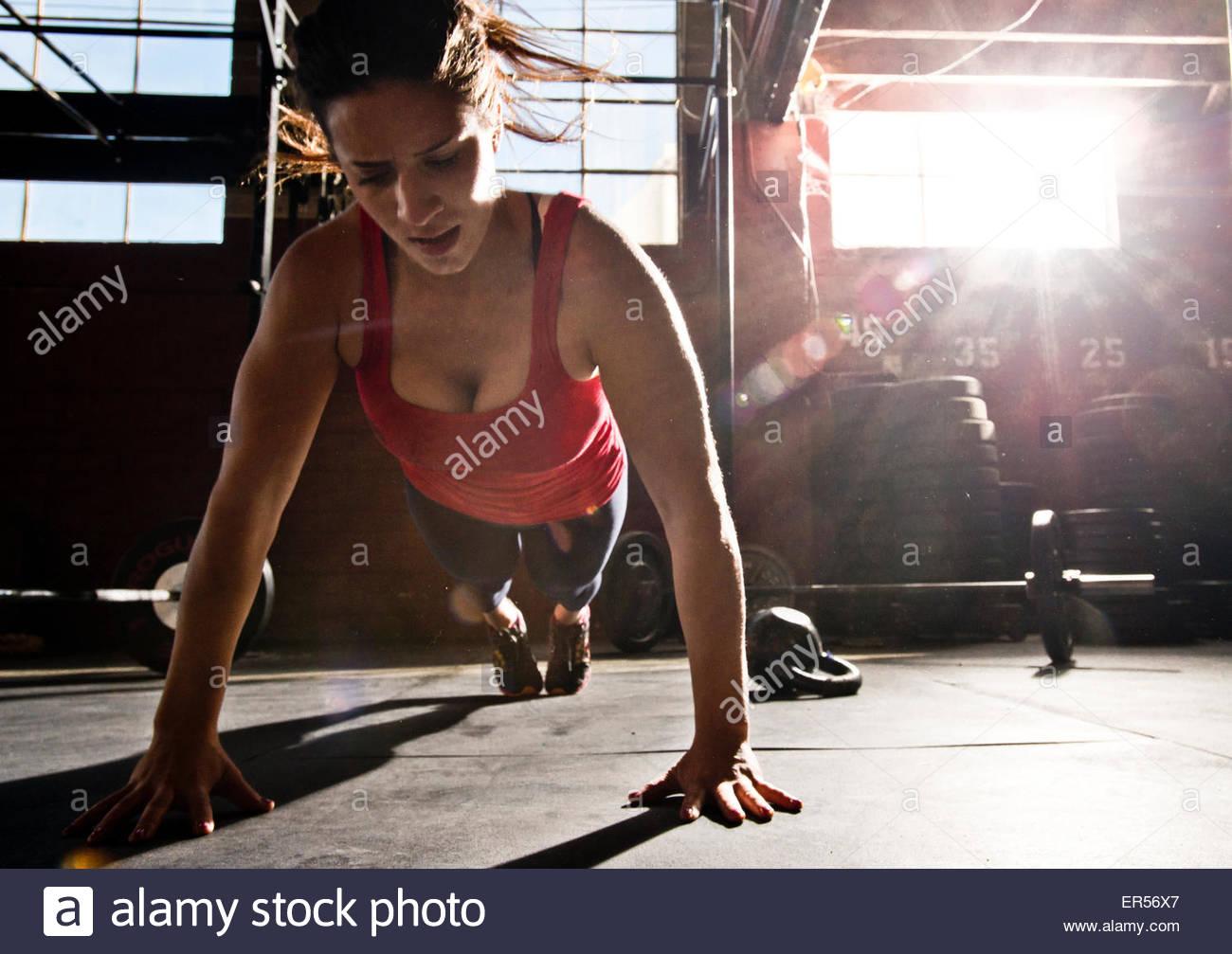 Un atleta crossfit realiza un push-up. Imagen De Stock