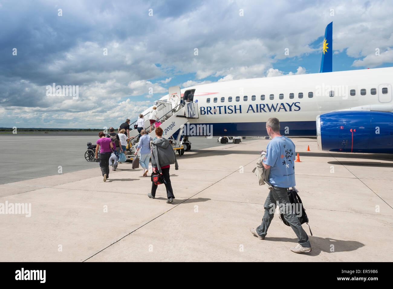 Los pasajeros de British Airways de embarque (Comair) Boeing 737 en el Aeropuerto Internacional Hosea Kutako, Windhoek, Imagen De Stock