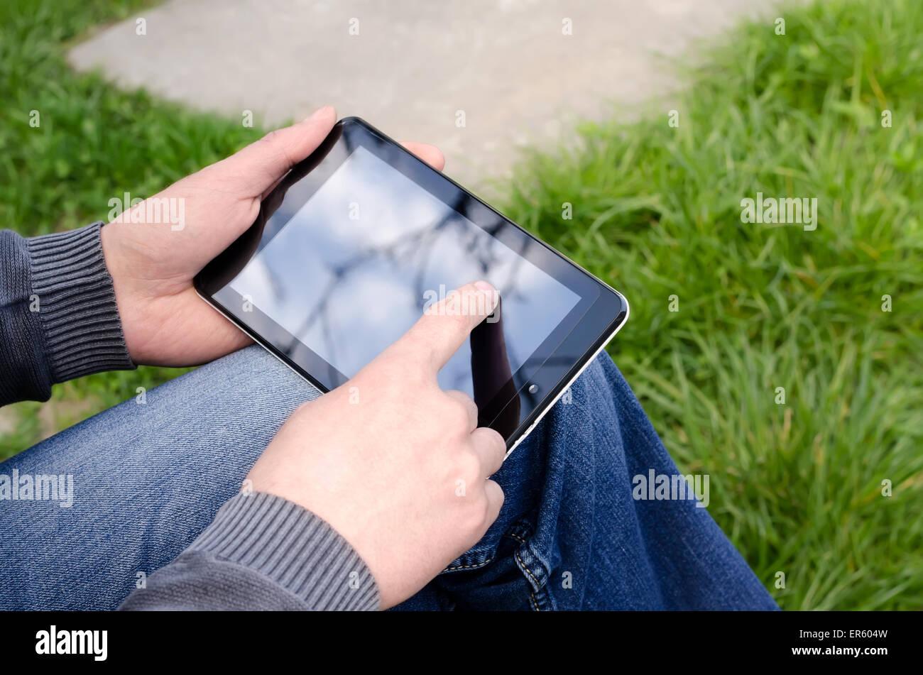 Hombre utilizando Tablet en el parque Imagen De Stock