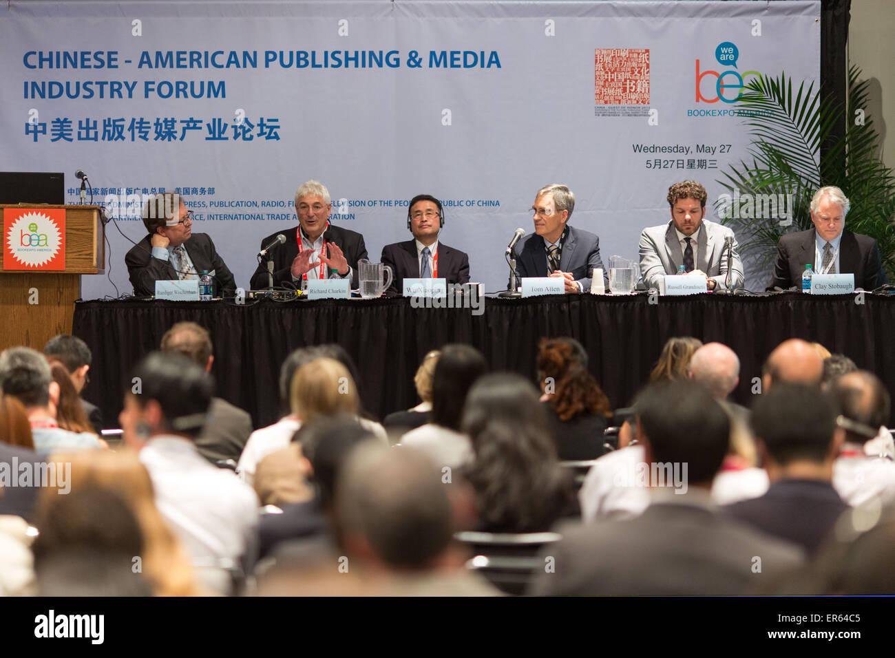 Nueva York, Estados Unidos. 27 de mayo de 2015. Los huéspedes asistir a la publicación Chinese-American & Media Industry Forum durante la BookExpo America 2015 (BEA) en Nueva York, Estados Unidos, 27 de mayo de 2015. © Li Muzi/Xinhua/Alamy Live News Foto de stock