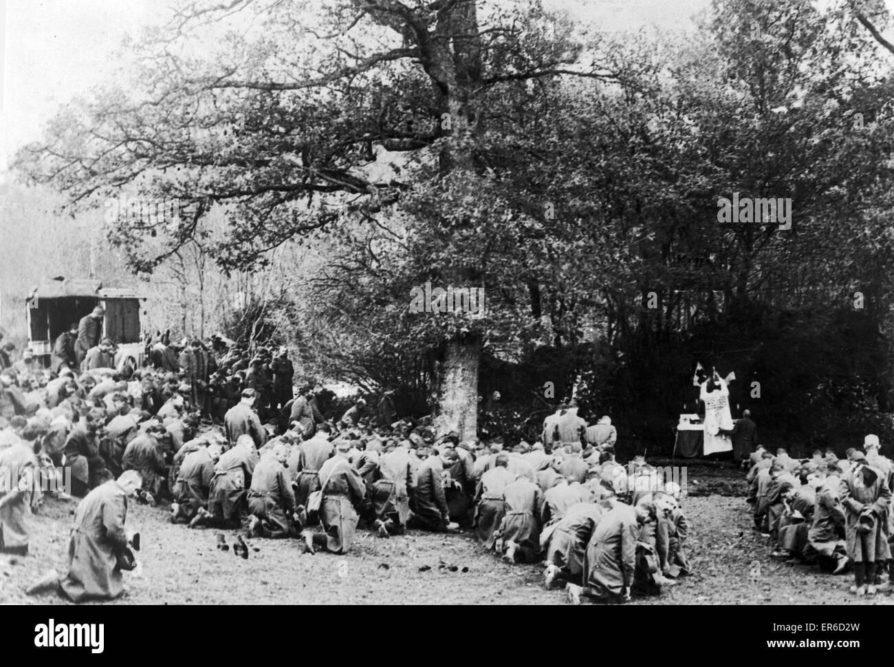 Los soldados franceses celebrar una misa por sus camaradas caídos, justo detrás de la línea del frente, Imagen De Stock