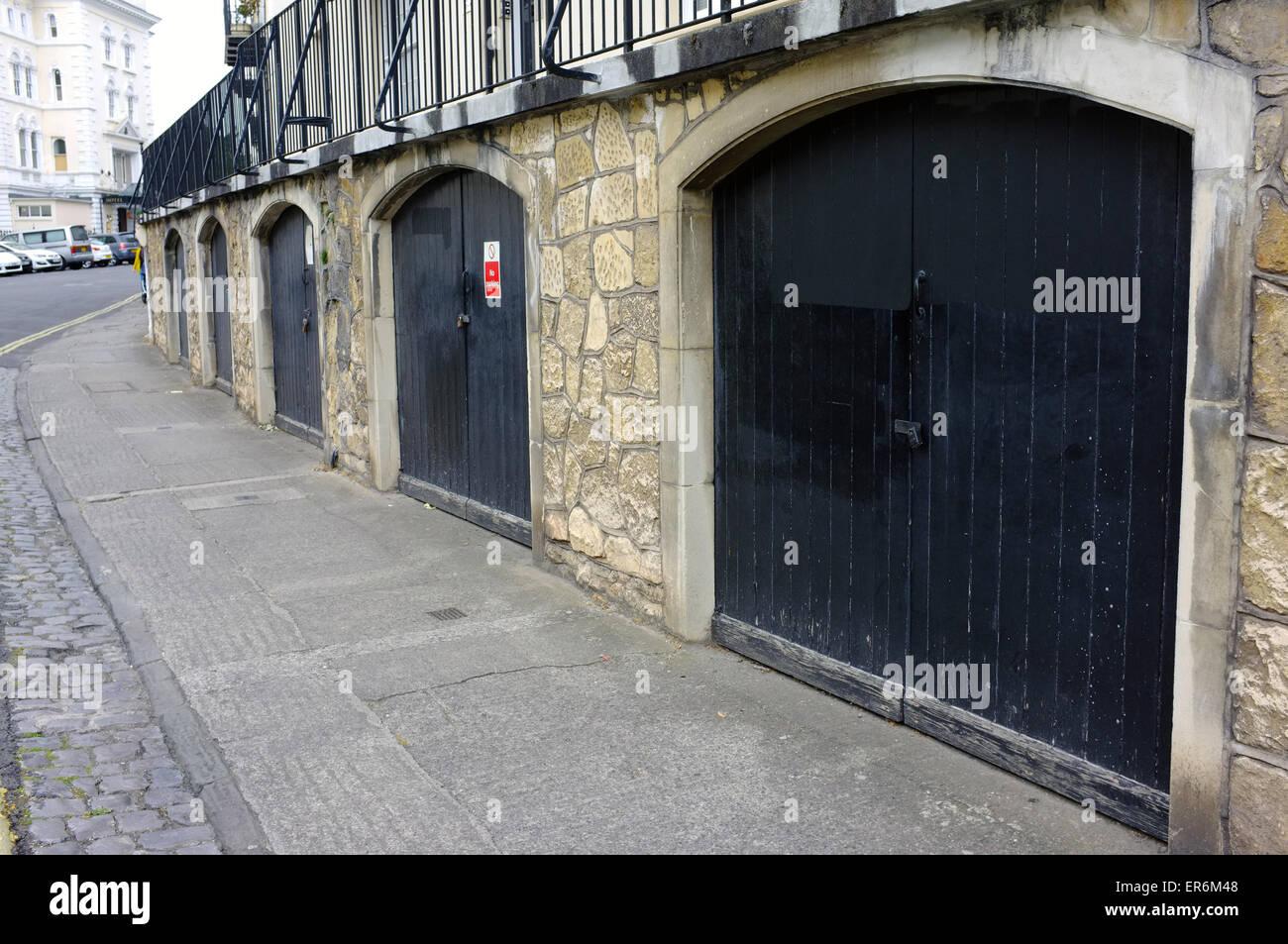 Una fila de los garajes en la zona de Clifton de Bristol. Imagen De Stock
