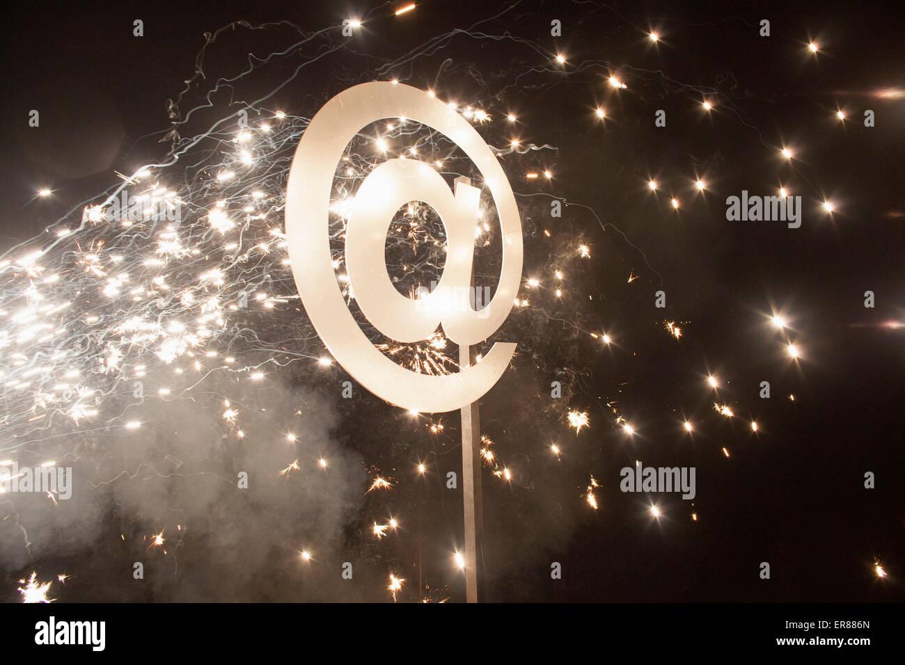 Símbolo iluminado en la noche con fuegos artificiales. Imagen De Stock